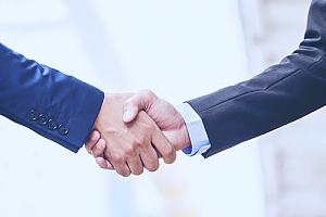 an it strategy consultant shaking hands with a business owner