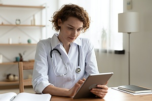 doctor using telehealth software remotely for her patients
